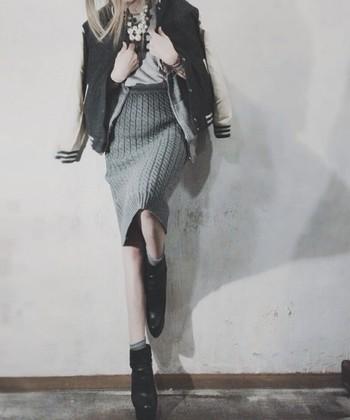 アウターのインナーとしても着られる薄手パーカは着回し自由自在◎ スタジアムジャケットのインナーでも自然なのはサイジングに独創性があるから。