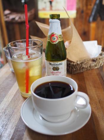 こだわりのハンドドリップコーヒーを始め、紅茶やハーブティ、アップルサイダー、特製バナナジュースなどが提供されています。