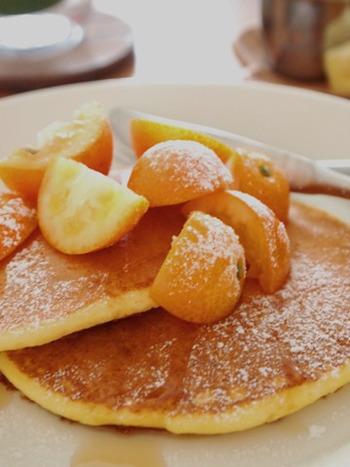 ふわふわパンケーキにさくさく食感の金柑がベストマッチ。こちらのレシピは砂糖不使用なのでダイエットにも。