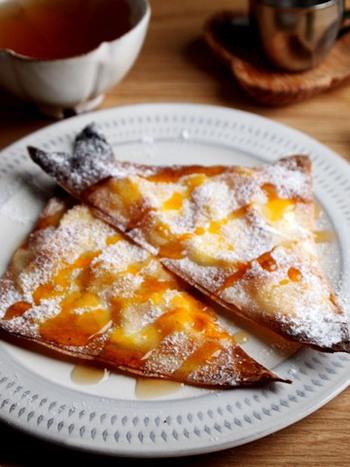 金柑とクリームチーズを包んだ春巻きの皮を揚げずに焼くからダイエット向き。外はかりっと、中はとろりとして絶品おやつになりますよ。