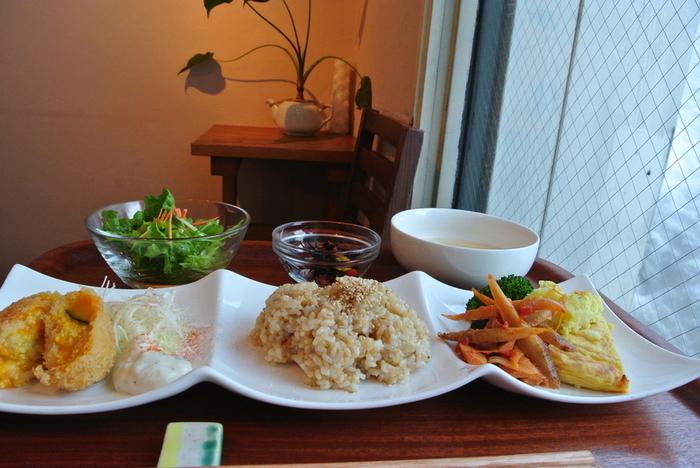 メニューは、メインディッシュはもちろん、肉、魚、卵、乳製品、砂糖を一切使用していません。体に優しいお料理です。