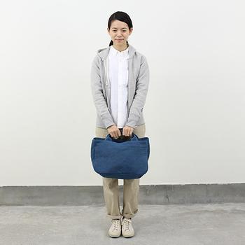 シルエットがきれいなOLDMANS TAILORのパーカーには、シンプルなシャツやパンツを合わせて、清潔感のあふれるコーディネートに。