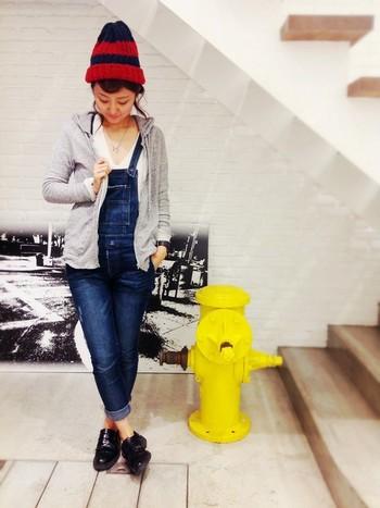 オーバーオールに合わせたコーディネートも♪ 帽子の色や靴の合わせ方がとっても素敵!!