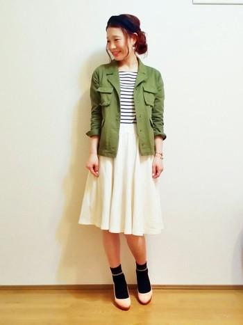 甘めのフレアスカートにミリタリージャケット。 簡単な甘辛Mixです。 ピンクのパンプスが可愛らしい☆