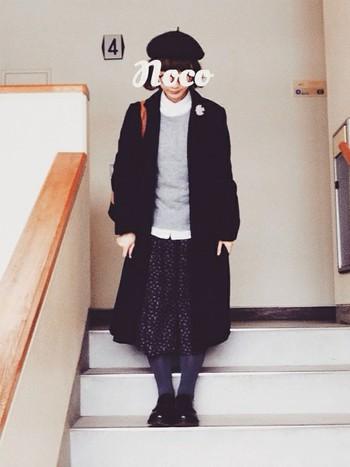 黒のスカートに合わせて黒×黒コーデです。 グレーと白を上手に合わせてますね♪ ちょこんと乗ったベレー帽がおしゃれです。