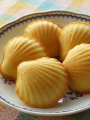 生地に、レモンの皮とリモンチェッロが入った大人のマドレーヌ。オーブンを開けると良い香りが漂います。