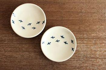 鳥のあしあと。 ちょうどいいサイズの豆皿で薬味やお醤油をいれたり 副菜を一品盛り付けるのにもぴったりです。 鳥のあしあとがちょっぴりユニークでほっこりさせてくれますね。