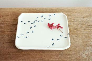 こちらは鳥のあしあとがちょっぴりユニークで、ほっこりさせてくれる取り皿です。