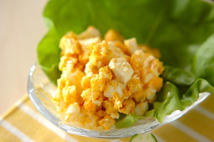 カレー粉をまぶしたスパイシーなクルトンと、きざんだゆで卵を和えたサラダ。食べる直前に和えれば、クルトンのカリカリ食感が損なわれません。
