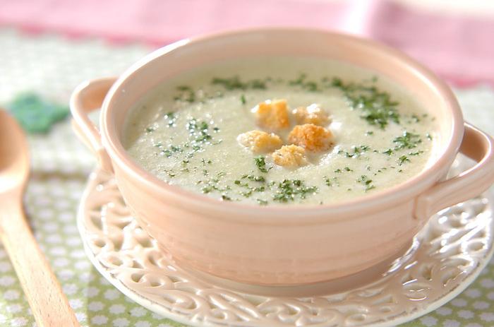 まずは大定番!スープのトッピングとして。クルトンを大きく作れば、ボリュームある「食べるスープ」になりますよ。