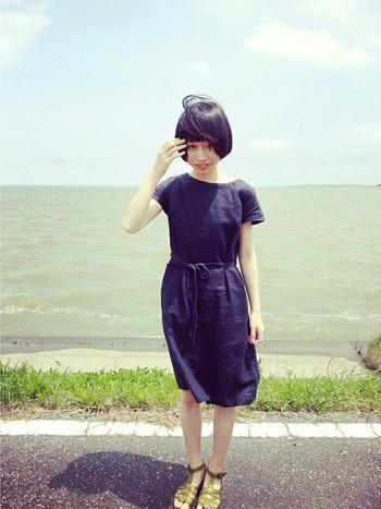 ひざ丈ワンピ―スは一枚でさらっと着たい! しわが付きにくいリネンのワンピースは、旅行の時にもとっても便利です♪