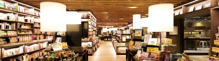 そしてこれらすべてのフロアに併設されているのが、<蔦屋書店>です。 細かくテーマごとに分かれていて、本だけではなく音楽や映画も充実しています。 ゆったりと座って本を楽しめるスペースはもちろん、本を選ぶながらコーヒーを頂くことも可能。 夜24時まで楽しめるのも、魅力です!
