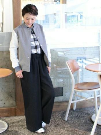 丈の長いパンツからちらりとのぞくスマイルラインがとてもかわいい。