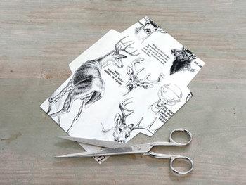 【材料】 ・古本や雑誌 ・はさみ ・のり  1. 好きな形のテンプレートのとおりに紙をカットします。