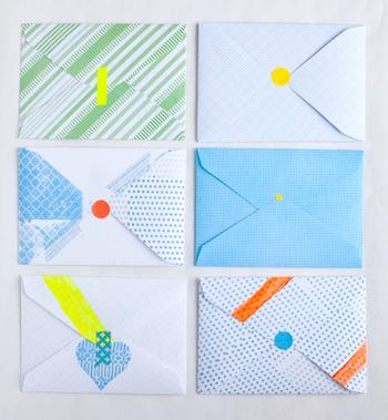 マスキングテープや丸形シールなど、手近なものを上手に使えば素敵な封筒が完成します。