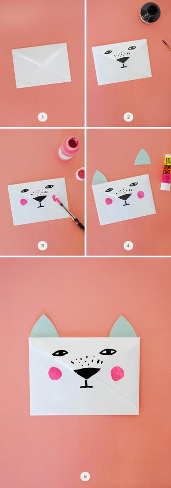 【材料】 ・封筒(ダイヤ貼が最適です。) ・ペン、マーカー類 ・カラフル or プリント柄の紙(耳の部分用です。) ・のり  1. 封筒のフラップ側を正面に置きます。  2. フラップの先を鼻に見立てて動物の顔をペイントしていきます。  3. そばかすやチークなど好きなデザインを描き加えていきます。  4. カラフル or プリント柄の紙を耳の形にカットし、封筒に貼付けます。 (ここでは猫やキツネのような三角の形にしました。)  5. 完成です。