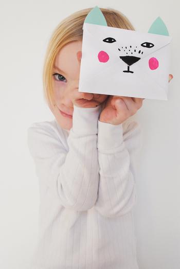 市販の封筒を使ったアレンジです。 動物の顔がモチーフの可愛らしいデザインです。  郵送はできませんが、大切な人へのプレゼントに添えたり、心付けなどに使える素敵なアイディアです。