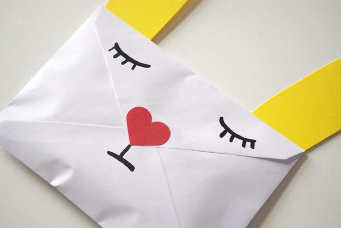 「Animal Envelope」の手順とほぼ同じで、鼻の部分だけペイントではなくパンチで作ったハート形の紙を貼ります。(ハート形のシールでもOKです。)