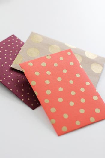 ドット柄を手描きした封筒です。 柄の色とサイズで雰囲気が変わります。