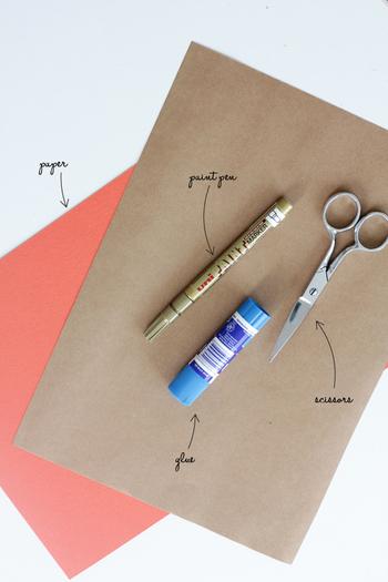 【材料】 ・好きな色の紙 ・はさみ ・のり ・好きな色のペン  1. 好きな形のテンプレートを使用して紙をカットします。  2.  テンプレートのとおり組み立ててのり付けし封筒を作ります。  3. 好きなサイズのドットを描けば完成です。
