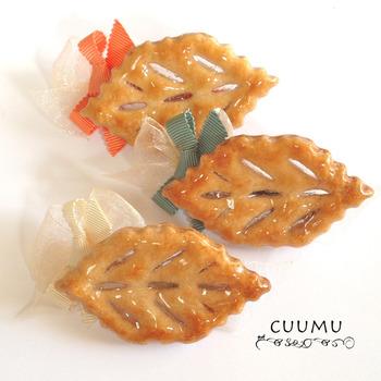 こちらは、CUUMUさんのリーフパイ(本物の食べられるお菓子!)にレジン液を塗ってコーティングしたバレッタです。何と言っても本当のパイですから、とてもおいしそうです。