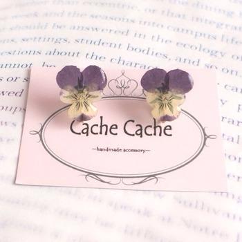 cachecacheさんのビオラの押し花にレジン液を塗って作った、イヤリング。本物のお花なのでとてもかわいい。