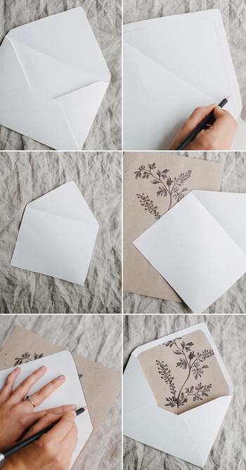 【材料】 ・市販の封筒(ダイヤ貼がおすすめです。) ・花をプリントするための紙 (封筒との色バランスを考えて選んで下さい。) ・鉛筆 ・はさみ ・のり   1. 花のイラストをダウンロードしてプリントアウトします。 (今回は薄手のリサイクル紙を使いました。)  2. 封筒の内側の貼付ける位置のガイドラインを鉛筆でひいておきます。  3. イラストの紙に封筒をトレースし、カットします。 (幅が広い場合は左右均等に切り落とします。)  4. 内側に貼付けて完成です。