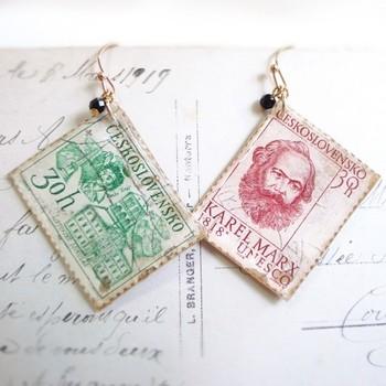Retro Cornerさんの外国の切手にレジン液を塗って固めたパーツを使ったピアスです。紙をコーティングするときはソフトレジン液を使うと、曲げられるパーツになります。