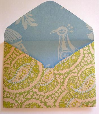 両面にプリントが施された紙を使うと、開いたときの楽しみが増える素敵な封筒になります。