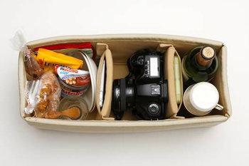 カメラのためのインナーケースに、大切なカメラをそっと 入れて、フードやドリンクなども携えて、ピクニック。 その風景を写真におさめたい。 写真好きなカメラ女子に、オススメしたいバッグ。