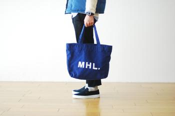 程よいサイズ感は、さすがMHL。 シンプルながら、素材や仕様にこだわった、トートバッグ。
