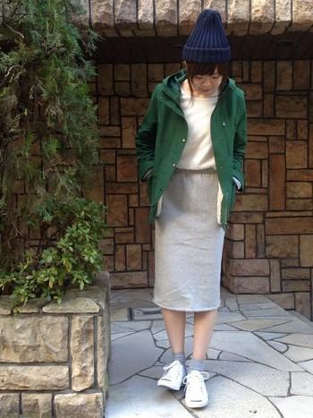 女性らしいアイテムとの相性が良いマウンテンパーカー。シンプルなタイトスカートとの、バランスの良いコーディネート。