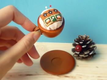 ミニチュアのティーカップを使ってピンクッションに。アイデア次第で色んなアレンジが楽しめますね!