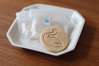 ポロボローネという落雁のような口どけのお菓子には、白鳥のしるしが。カワイイ姿が人気です。