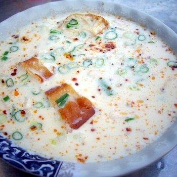 """これは、干しエビやネギなどの具材を入れた塩味の『鹹豆漿(シェントウジャン)』ですが、他にも砂糖を入れて甘くした『甜豆漿(ティエントウジャン』があり、こちらは『冰(ビン・冷たい)』と、『熱(ルゥ・熱い)』、そして『温(ウェン・やや熱い)』が選べます。  """"やや熱い""""っていう心遣いが嬉しいですね♪"""