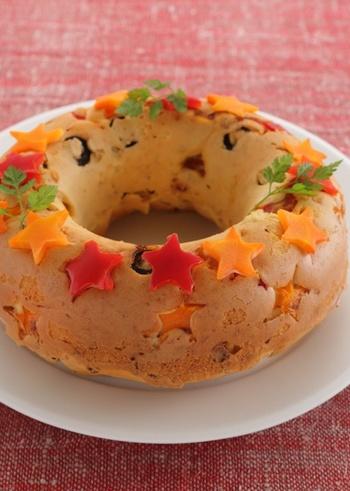 カラフルなトッピングのリース型で焼いたケーキサクレは、クリスマスやハロウィンなどのホームパーティにぴったり♪