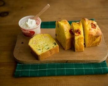 ハムや玉ねぎなどを入れたケークサレは、そのままでももちろん美味しいですが、クリームチーズを1品添えるだけで、味のバリエーションが増えますね。