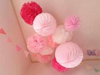 紙で作った手作りのお花と一緒に空間を演出してみては?  子供部屋に飾ったら、お子さんが喜びそうなガーランドです。 お誕生日会にもオススメ♡