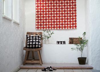タペストリーやカーテン、小物などともテキスタイルをお揃いにできるのもうれしい! お部屋のトータルコーディネートをしたくなりますね♪