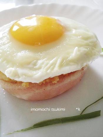 目玉焼きでバーガー風にアレンジしました。 醤油をかけて和風に、チーズをのせて洋風にも。 朝ごはんにおすすめですよ。