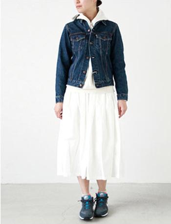 デニムジャケットはトレンドのパーカーとの相性もぴったり。上下ホワイトのスタイルがほどよくカジュアルダウンされてスタイリッシュに。