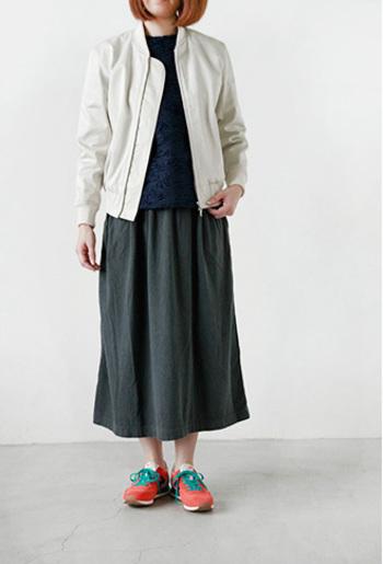 メタリックさを感じるホワイトが都会的なブルゾン。トレンドのショート丈は、ロングスカートに合わせるとバランスよくまとまります。