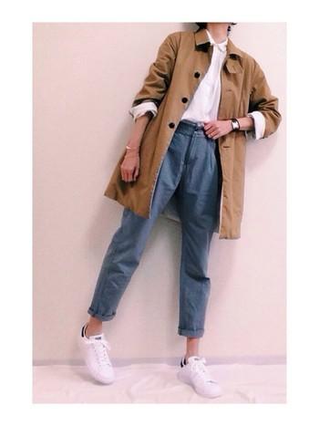 ベーシックなかたちのステンカラーコートを、人気の白シャツ&白スニーカーに合わせて。袖をまくってこなれ感を出したメンズライクなカジュアルスタイルに。