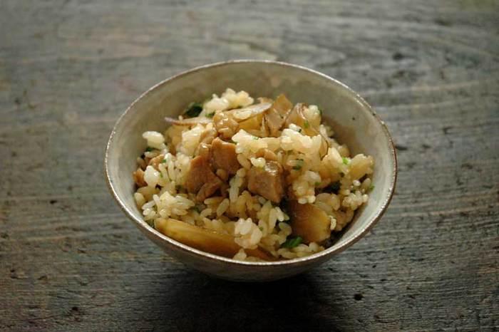 福岡の郷土料理「かしわ飯」は鶏肉とごぼうを使った炊き込みご飯です。お好みでセリを混ぜて、香りを楽しみます。