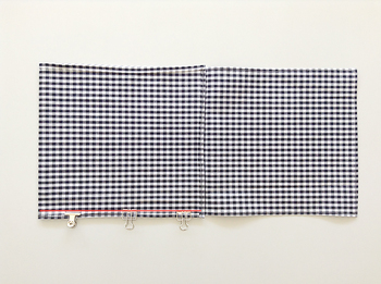 ■STEP3 生地を中表にして3つ折りにし、赤線部分を縫います。クリップやマチ針で固定すると縫いやすくなりますよ。