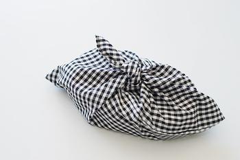 あずま袋なら、バッグ感覚でお弁当を入れて上を結ぶだけ。面倒くさがりな男性や、小さなお子様にも好評です。一見難しそうですが、こちらも直線縫いだけで作れます♪