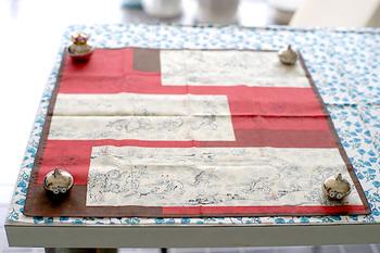 ■STEP1 お好きな布を用意します。サイズは50×50cmの大きさがあればOK。自分でカットする場合は、お手持ちのハンカチを型紙がわりにすると便利です。