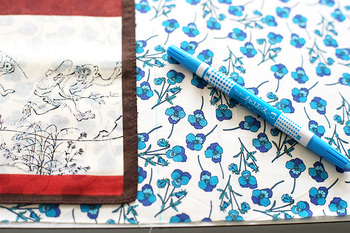■STEP2 ハンカチの外側に1cmくらい縫い代をとり、チャコペンなどで裁断するラインを付けてカットします。