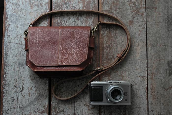 カメラはバッグに入れて持ち運ぶ派の人には、アクリュのカメラバッグがおススメです。一眼レフからデジカメに対応した豊富なデザインのカメラバッグが揃っているんです。使いやすさと見た目の両方が良く考えられているので、カメラを持ったお出かけが充実するかも♪