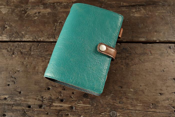 毎日使う手帳こそ、丈夫で長く使える革の物を。サイズやカラーが選べます。こちらは鮮やかな色でありながらも、革の上品さが生きていますよね。